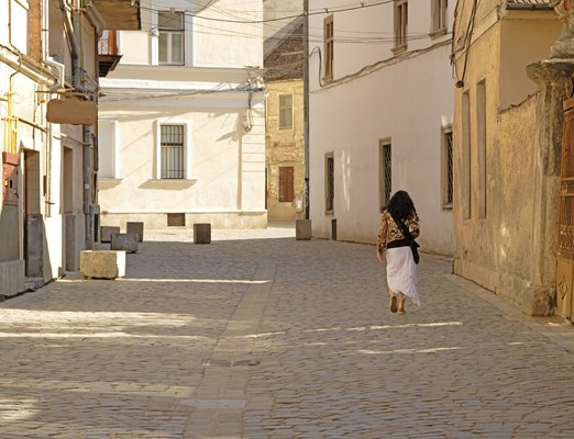 Bilete de Avion Cluj; Woman walking in the street